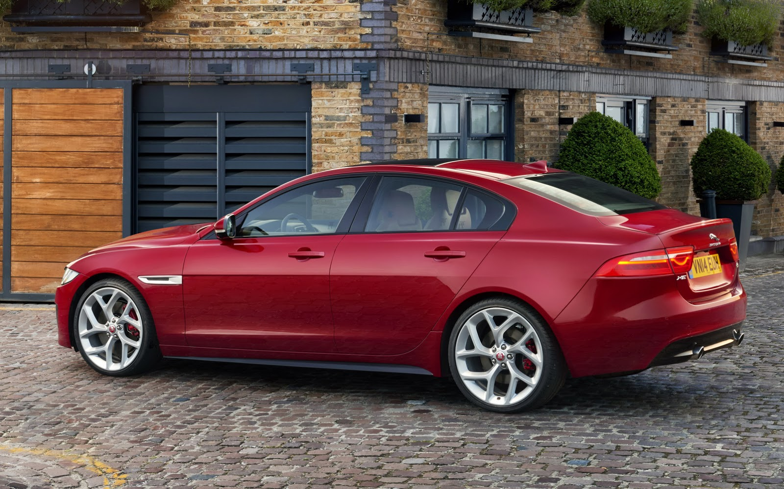 Jaguar-XE-2016MY-40