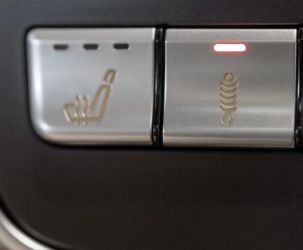 """Mercedes-AMG A 45 4MATIC,das AMG RIDE CONTROL Sportfahrwerk bietet 2 verschiedene Fahrwerksstufen: Per Knopfdruck kann der Fahrer zwischen """"Comfort"""" und """"Sport"""" wählenthe AMG RIDE CONTROL sports suspension provides 2 different suspension levels: at the push of a button, the driver can choose between """"Comfort"""" and """"Sport"""""""